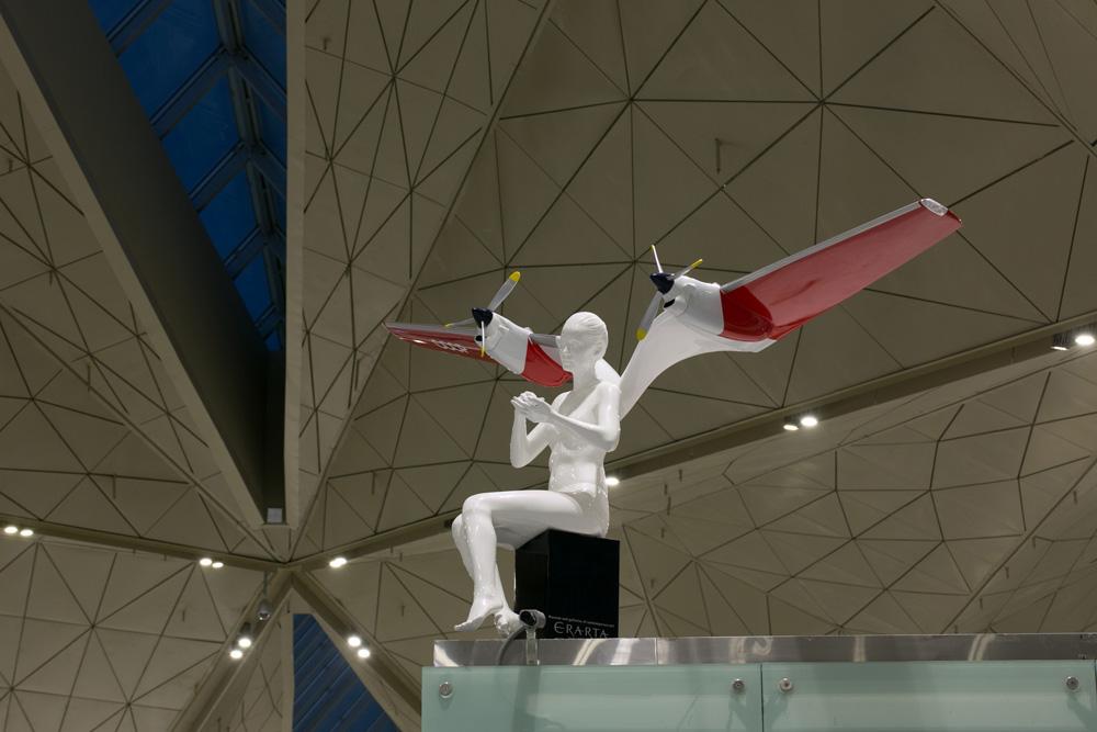 Девушки-ангелы с крыльями в аэропорту Пулково
