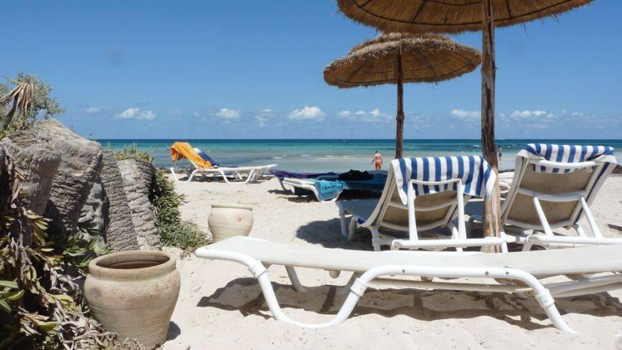 Пляж на берегу Средиземного моря.