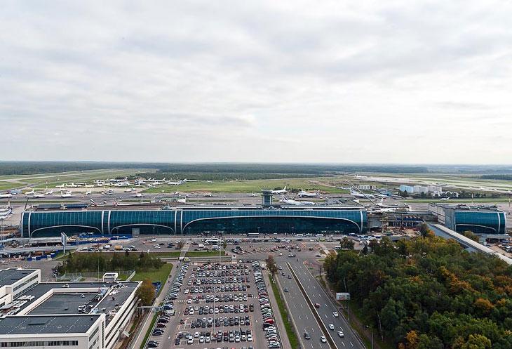 Аэропорт Домодедово: вид на терминал, летное поле и парковку