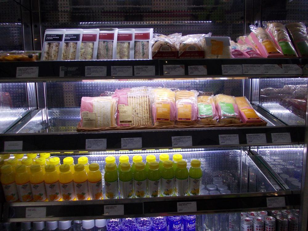 Сендвичи и вода в Дубайском терминале, цены