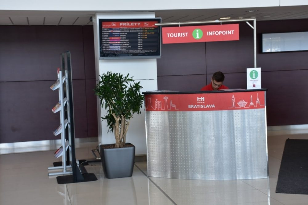 stojka-informacii-aeroport-bratislavy