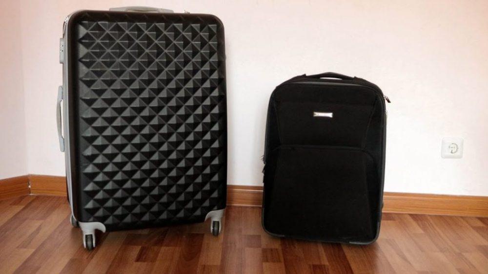 Два чемодана с вещами