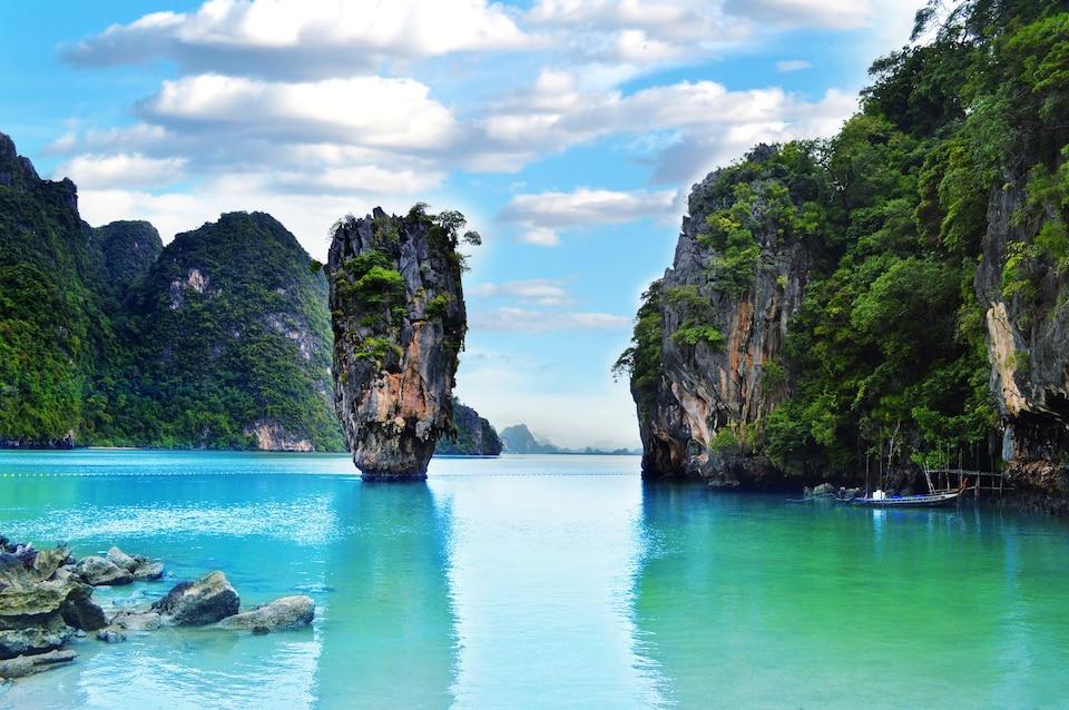 Известняковые скалы в море вокруг острова Пхи-Пхи, провинция Краби, Таиланд