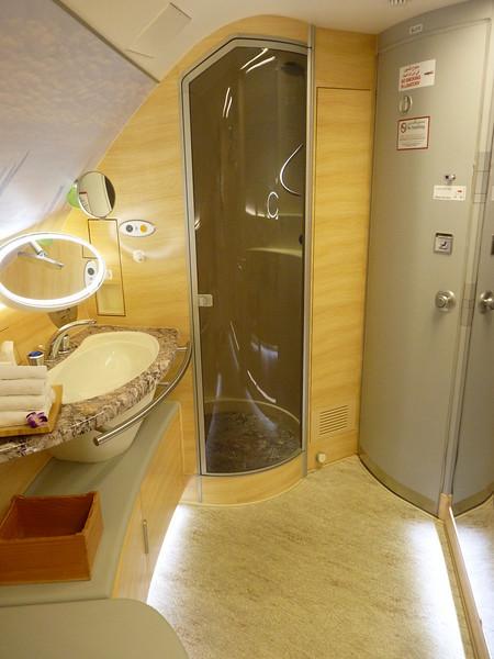 Уборная в бизнес классе лайнера A380 Эмирейтс