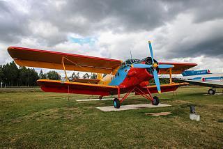 Самолет Ан-2 на привокзальной площади в аэропорту Минска