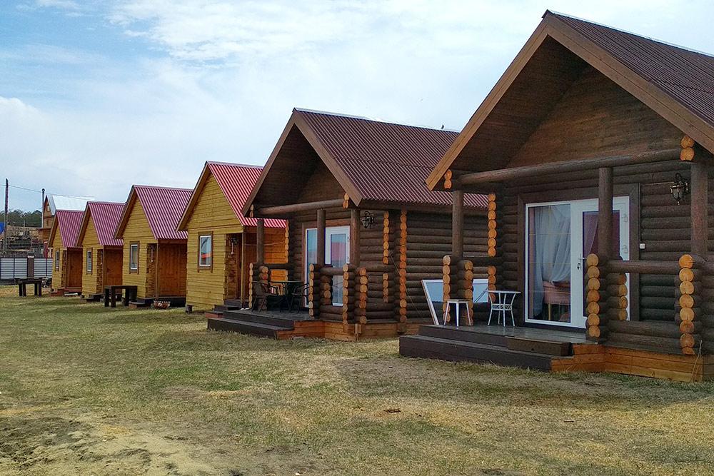 Гостевые домики фермерского дома «Ольхонский». На территории есть беседка для посиделок, бесплатный мангал и баня за 250 р. в час