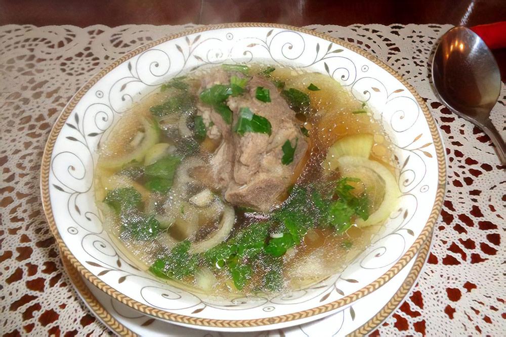 Бухлёор — это «бульон» на бурятском: суп с мясом, зеленью и картофелем. Обычно его готовят из баранины