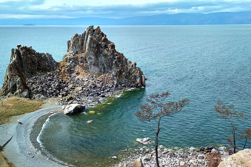 Мыс Бурхан, или скала Шаманка. Летом здесь можно покататься на катамаранах или байдарках вокруг скалы