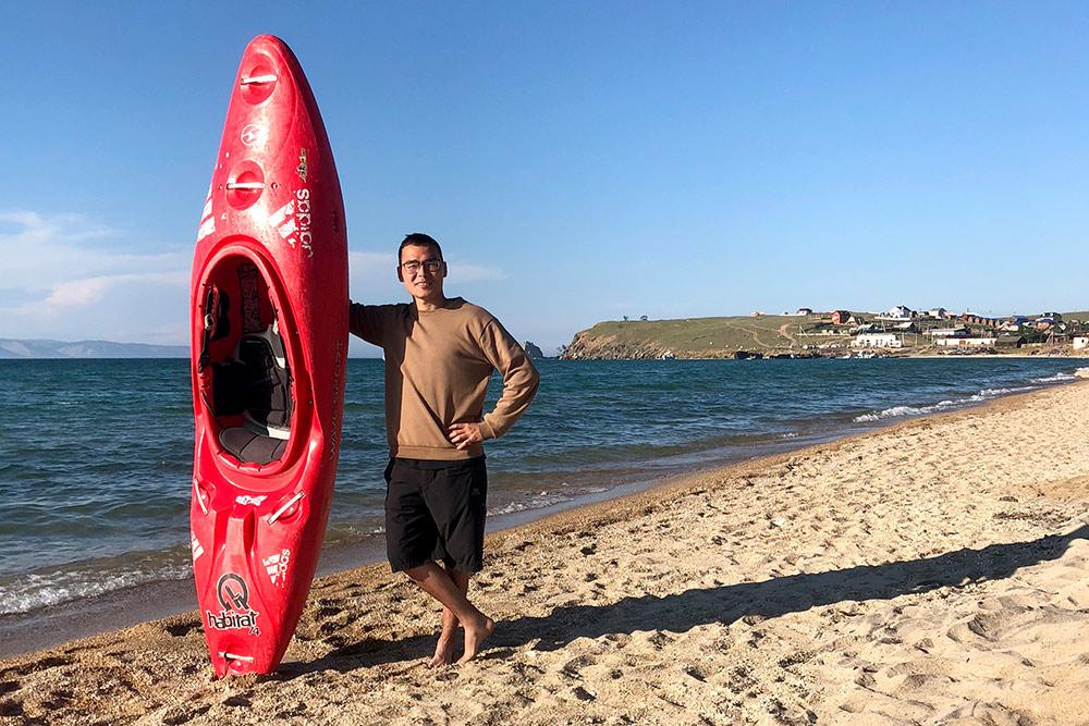 Я плавал на байдарке в километре от Шаманки. Аренда байдарки стоит 250 р. за полчаса. Мне хватило этого времени, чтобы наплаваться, но до скалы я так и не добрался. Советую плавать при волнах, это кайф