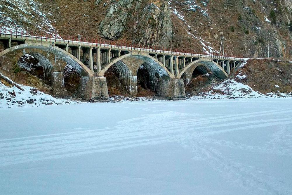 На всем протяжении Кругобайкалки вы увидите мраморные вокзалы, тоннели, виадуки и мосты из камня. Все это памятники инженерного дела. КБЖД строили в 1899—1905 годах