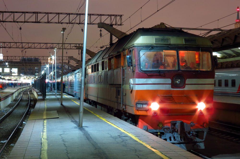 Прибывающий поезд на станцию
