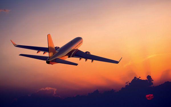 Летящий в небе самолет